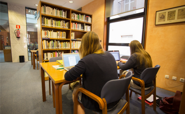 La Biblioteca Marià Vayreda té accés a 5.000 diaris del món.