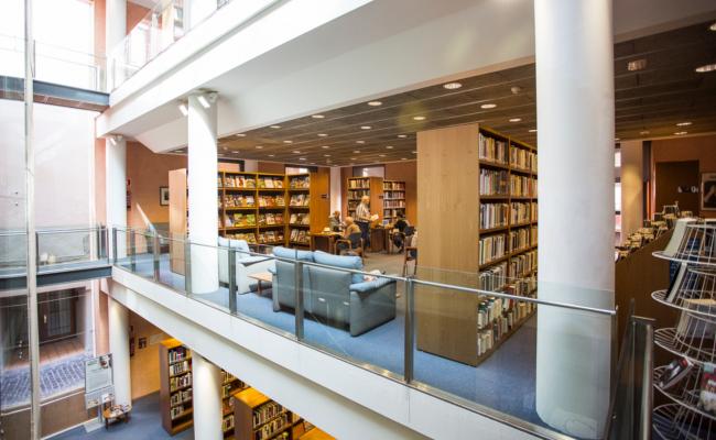 La biblioteca incorpora un centenar de nous títols al catàleg.