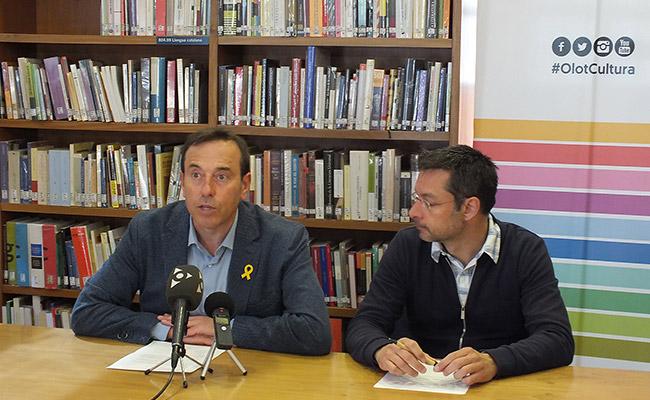 Pep Berga i Ricard Sargatal, presentant la jornada de reflexió sobre els premis Ciutat d'Olot.