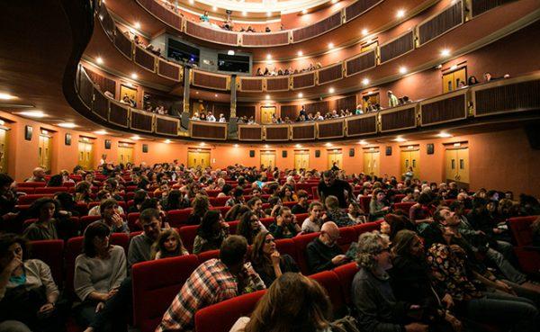 La platea del teatre plena, abans de començar un espectacle.