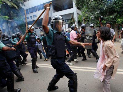 Càrrega policial. Foto: Andrew-Biraj