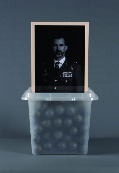 """Peça de Quim Domene per a l'exposició """"55 urnes per la llibertat""""."""