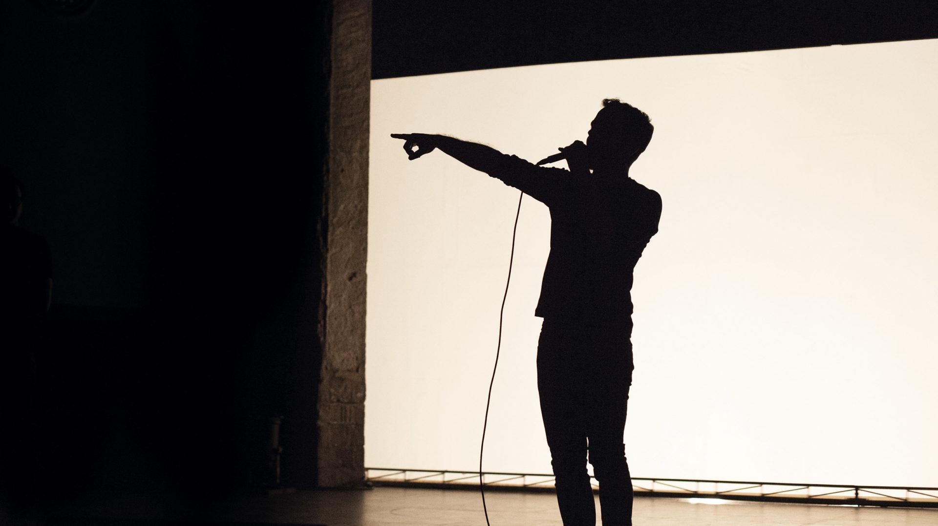 Non muttum: poesia sonora en escena