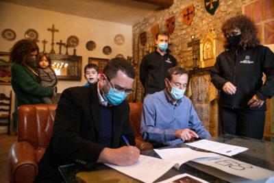 Signatura del conveni amb la família Blasco. Foto: Martí Albesa