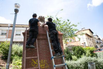 Restauració de l'escut de la font de Sant Bernat.